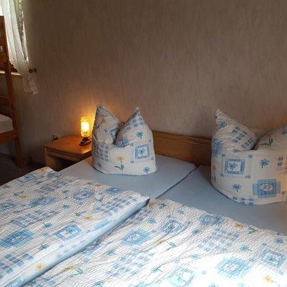 Doppelbett und 2-Etagen-Bett